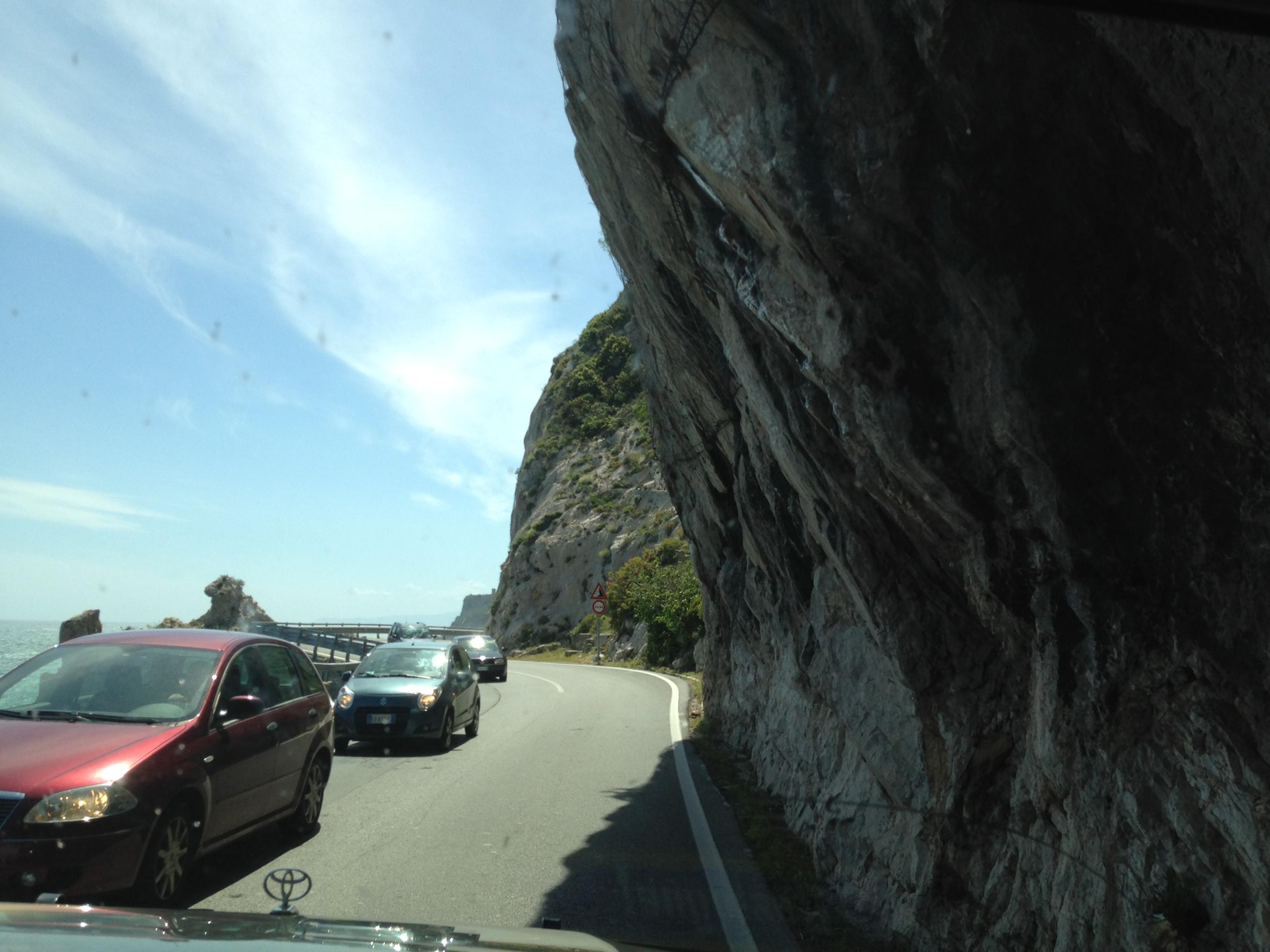 Meer, Autos, kein Weg zum Strand.